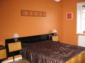 murs entirement orange literie chocolat sol weng - Chambre Orange Et Marron
