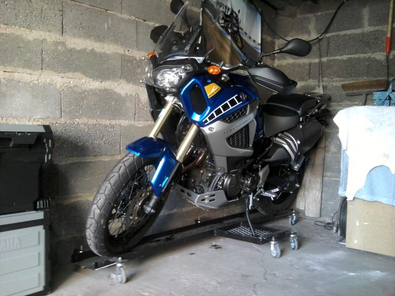 ranger sa moto dans le garage. Black Bedroom Furniture Sets. Home Design Ideas